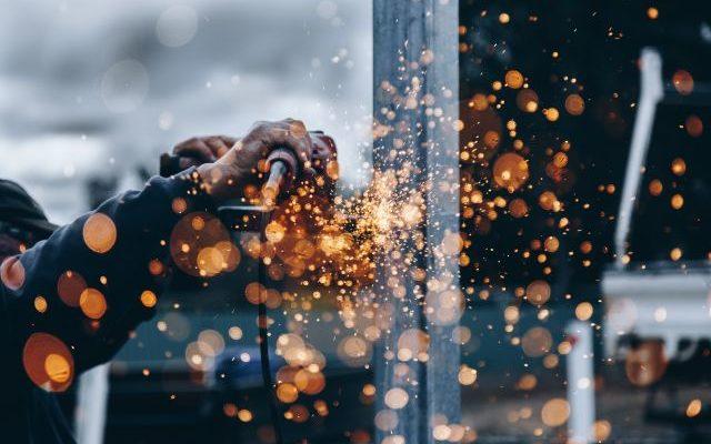 Cięcie metali za pomocą urządzeń ręcznych oraz technologii CNC